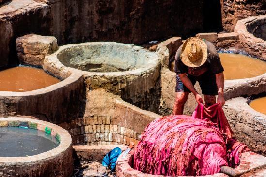 """摩洛哥古城盛产皮革,制作时竟然用""""粪水""""!游客却表示十分喜爱"""