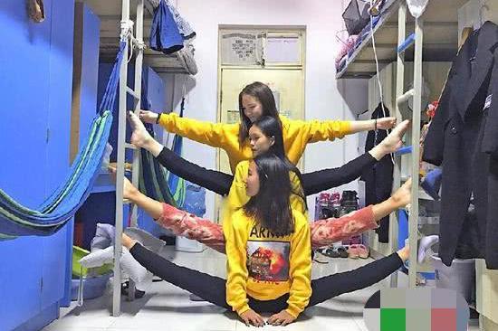 """大学生宿舍里比拼爆红""""一字马"""" 网友:玩出新花样"""