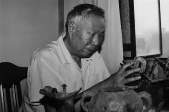 """此人号称第一""""土夫子"""",晚年加入考古队,随后挖出28部失传古籍"""