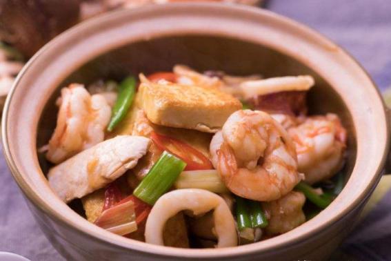 这款鲜虾鱿鱼豆腐煲太好吃,汁浓味美,鲜香营养,吃一次念念不忘