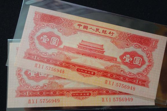 小伙结婚发小缺席,却寄来两张纸币,拿在手上感动流泪!