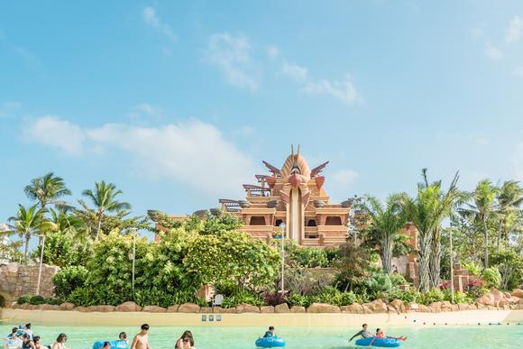海棠湾最显眼的建筑,是集纳了吃住玩购等让人开心的活动的度假区