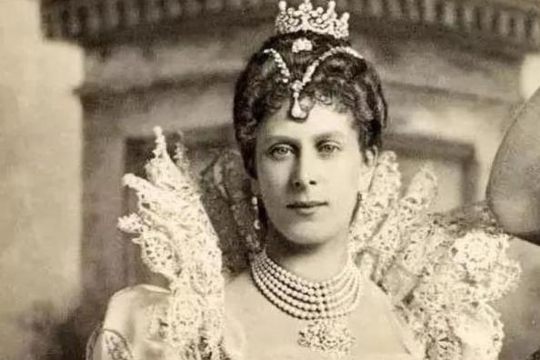"""她是珠宝最多的王后,大婚时穿成""""圣诞树"""",首饰盒照亮半个地球"""
