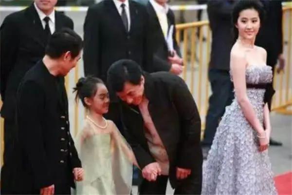 李连杰女儿,7岁给刘德华伴舞,8岁陪成龙走红毯,如今长得太惊艳