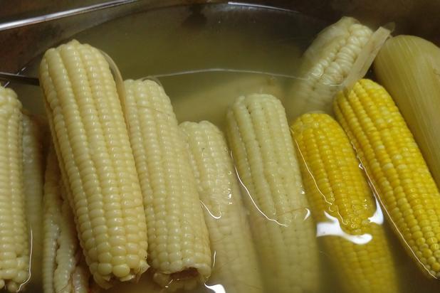 """煮玉米时,别只会加盐了?内行人会多加一点""""它"""",玉米又香又甜"""