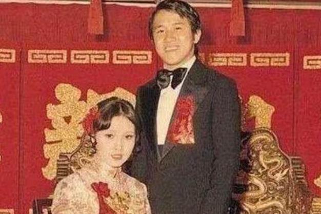 曾志伟在妻子的追悼会上穿着随意,宾客微笑引起争议