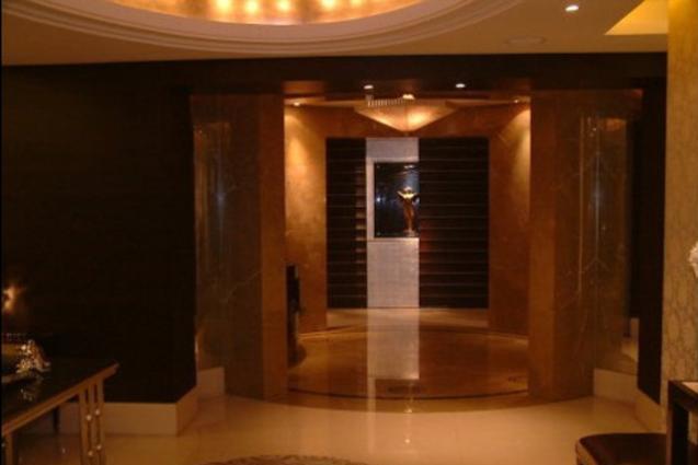 晒晒房祖名在北京的豪宅,卧室放了一张龙床,细节都做了金漆浮雕