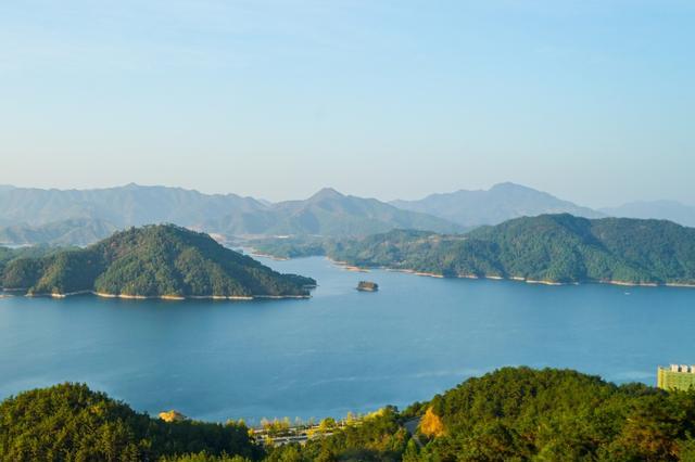 《我和我的家乡》出现仅五秒的千岛湖,它的湖光山色令人印象深刻