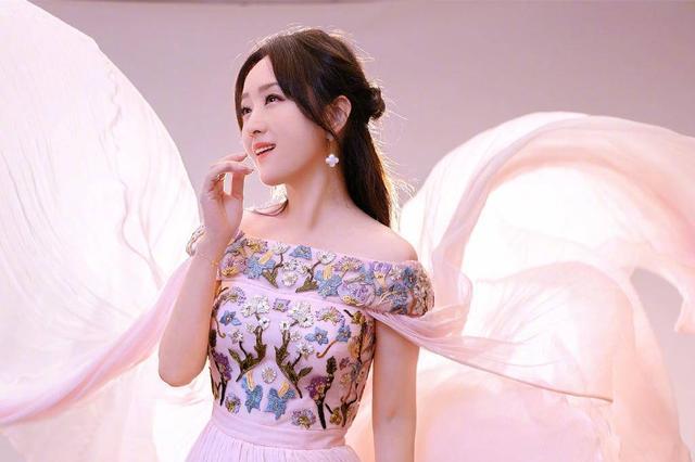杨钰莹保养似少女,身穿粉嫩刺绣裙半露香肩,奔五了还这么性感