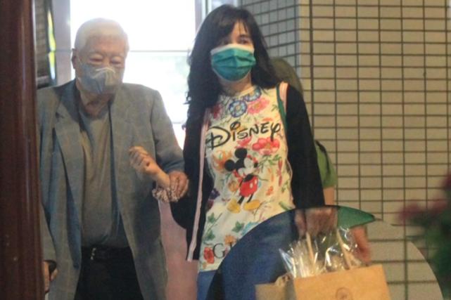 王力宏56岁岳母与83岁富商陈飞龙牵手散步,相差27岁关系成谜