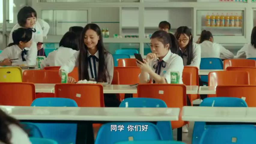 女孩为拉同学们投票,居然穿校服爬上了操场的树,围观群众都笑了