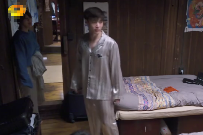 张艺兴与杨紫穿同款睡衣互称姐弟,拒绝黄磊做媒,三连击破碎绯闻