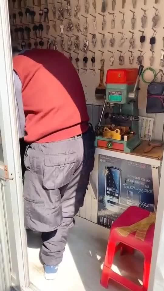 中国姑娘在韩国的生活,在街边看到配钥匙的残疾大叔,真不容易