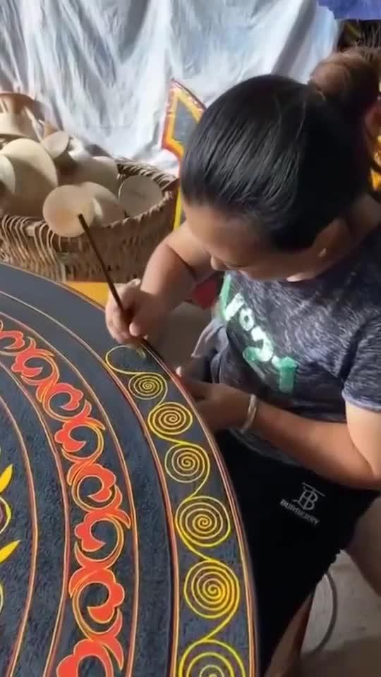 少数民族牛人手工雕刻的桌面,非常有新意,真想去拜他为师...