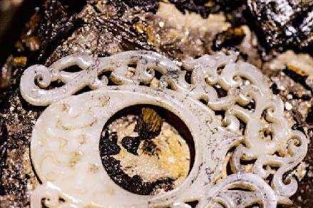 江西古墓被盗,专家连忙进行挖掘,洞中飘出香气,地下埋着一皇帝