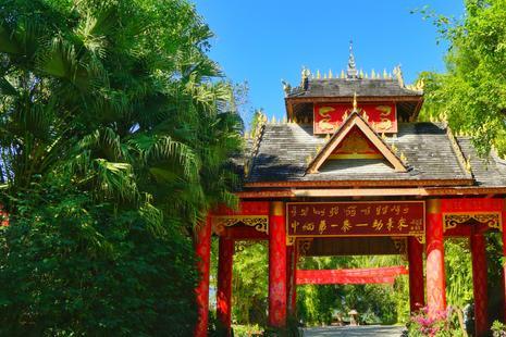 """一个傣族传统村寨,距离缅甸不过5公里,素有""""中缅第一寨""""之称"""