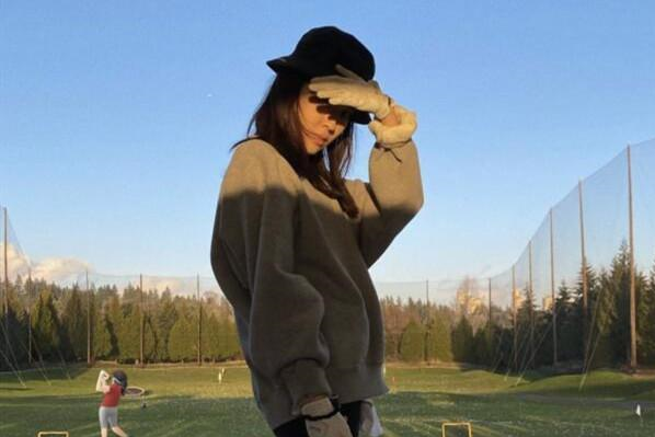 陈坤准儿媳罕见露面,穿健美裤打高尔夫公公点赞,长腿比球杆还高