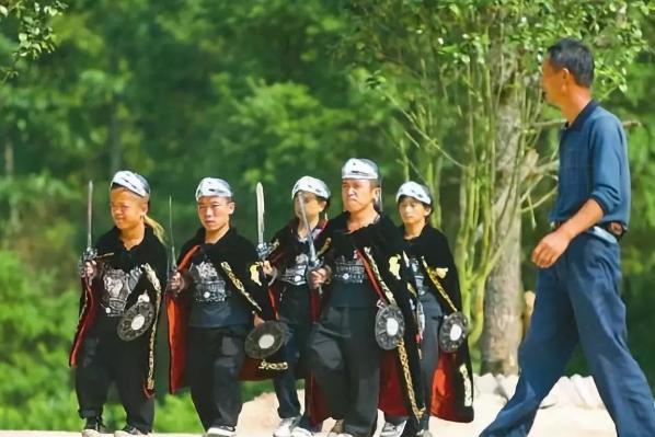 """中国最后的""""矮人部落"""",接收全球2000个矮人,最高拿上万元工资"""