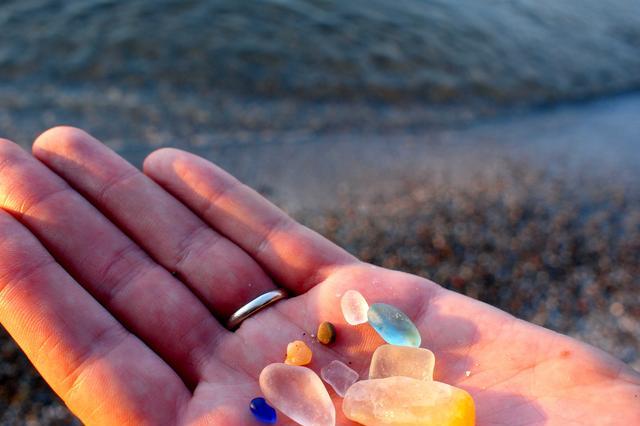 谁能想到这个遍地宝石,游客随意捡的海滩,从前只是个垃圾场!
