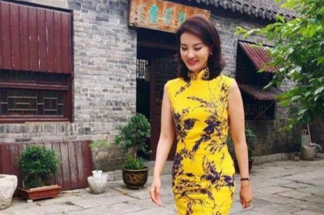 央视主持人刘芳菲好会穿,套黄色旗袍配鱼嘴高跟鞋,造型简单大气