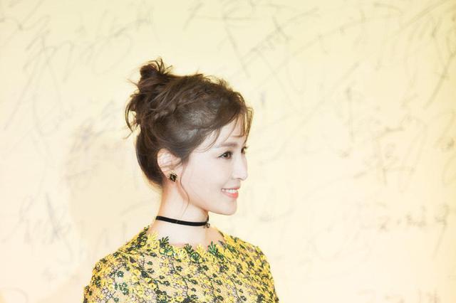 黄色上衣配黑色半身裙优雅精致,展现完美身材