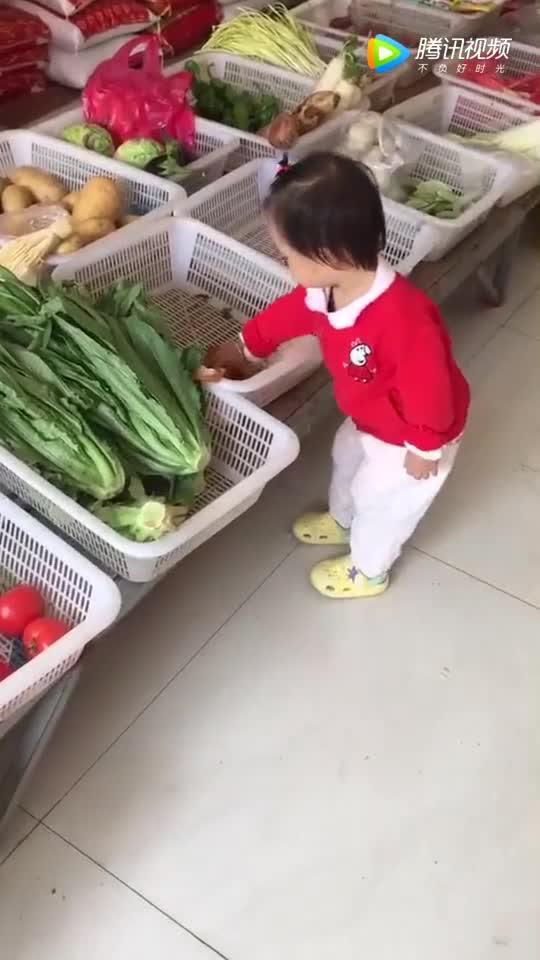 带熊孩子去买菜,拿起豆腐就开始吃了!