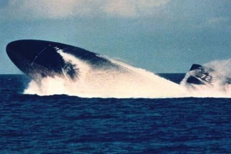 潜艇上浮到海面后,为何人员不能马上出舱?并非为了减压