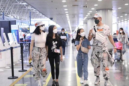 张伦硕一家四口走机场,与大12岁妻子穿情侣裤甜蜜吸睛,太般配