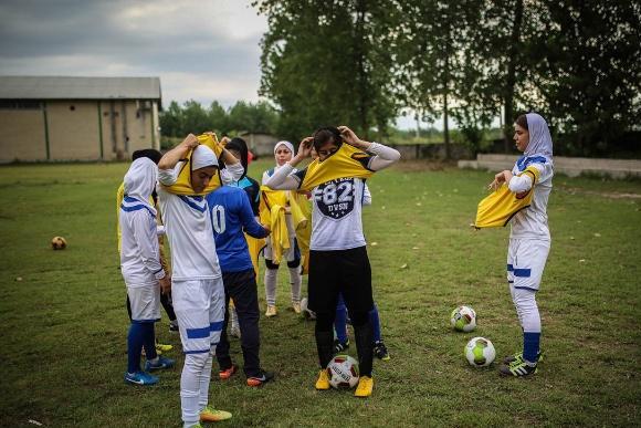行摄伊朗,误入女子足球队训练场,蒙头巾的铿锵玫瑰很美