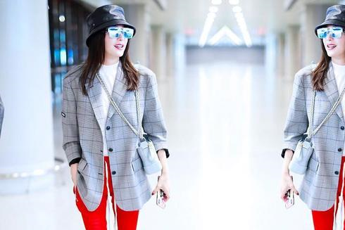 秦岚走机场穿2万的西装配2万7的包,配运动裤玩混搭气质更高级了