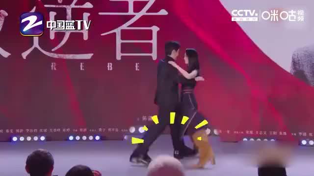 《叛逆者》剧组亮相发布会 朱一龙童瑶跳交际舞嗑糖
