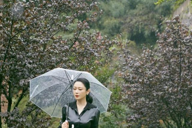 陈红年过半百品位依旧,黑色皮衣搭百褶半身裙,气质与气场并存