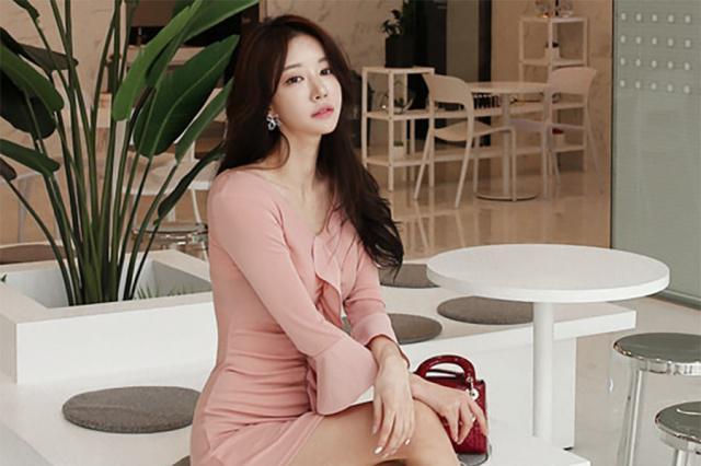 女人在最闪亮的阶段,穿上一条粉色连衣裙,是对自己的肯定