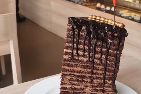 印度蛋糕店促销,吃完一块就免单,众人尝试皆失败,迪拜人却不怕