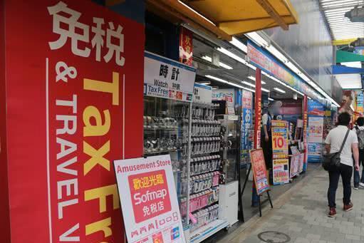 中国游客在日本免税店排队购买茅台和香烟,知道原因后很尴尬