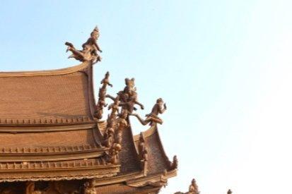 芭提雅除了大名鼎鼎的酒吧街,还有让人瞠目结舌的木雕圣殿
