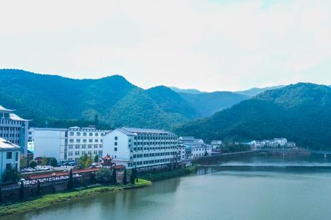 """大别山腹地一片典型的库区,风光秀美,是""""中国好水""""水源地"""