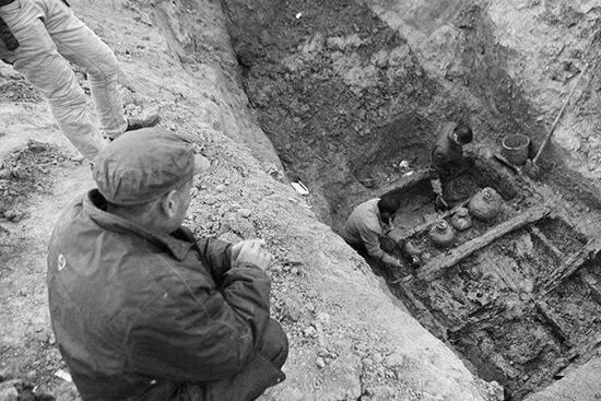 上世纪50年代,考古人员挖掘十三陵时,工地上来了一位古怪的老者