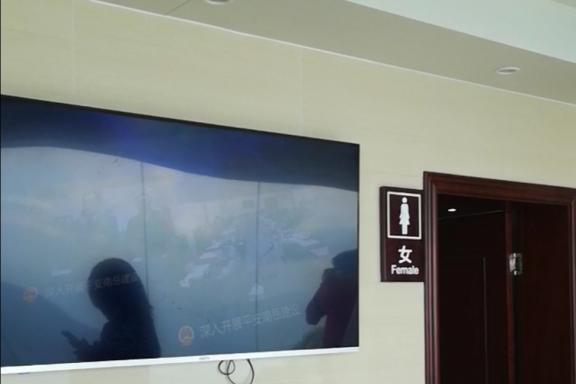 南岳衡山最有趣的观景点在一间厕所里,玻璃步道吸引游客连连拍照
