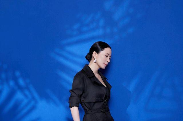俞飞鸿好优雅,身穿黑色连衣裙搭配白色高跟凉鞋,够高级够时髦