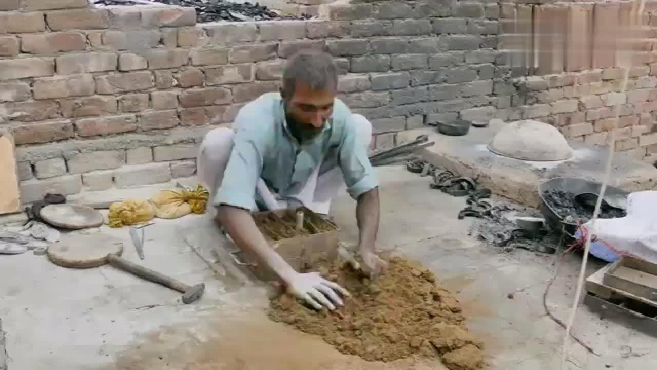 看巴基斯坦的老师傅如何手工铸造齿轮手法精湛成品很完美