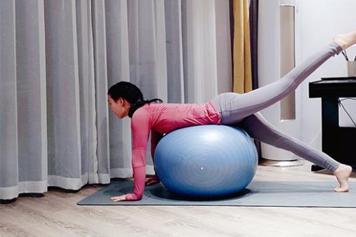 如何选择适合自己的瑜伽球,瑜伽辅助知识大揭秘