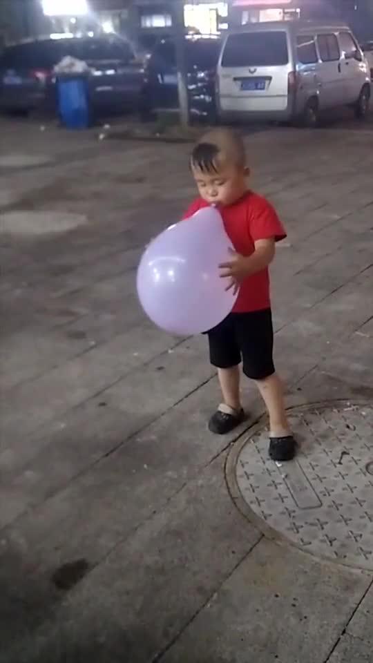 熊孩子吹气球,突如其来的爆炸,差点忘记哭了!1870