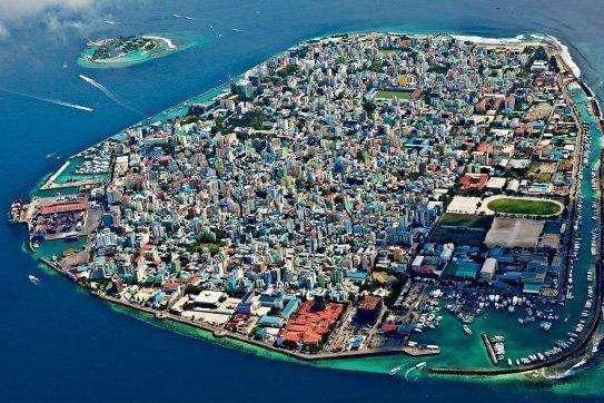 全球最拥挤的首都:仅1.9平方公里却住了24万人,却是度假天堂!