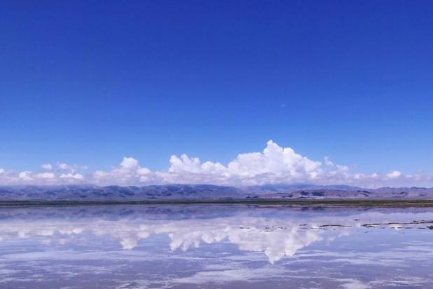 青海茶卡盐湖游客过多,天空之镜即将黯淡