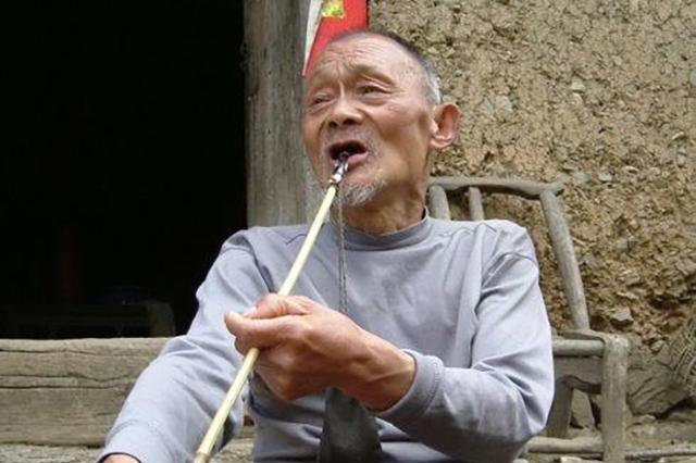 农民捡一破盆当烟灰缸用了3年,收藏家2包烟买走,最终拍卖180万