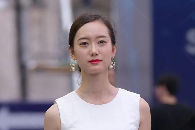 文静的美女,一件白色无袖连衣裙,清香更加迷人