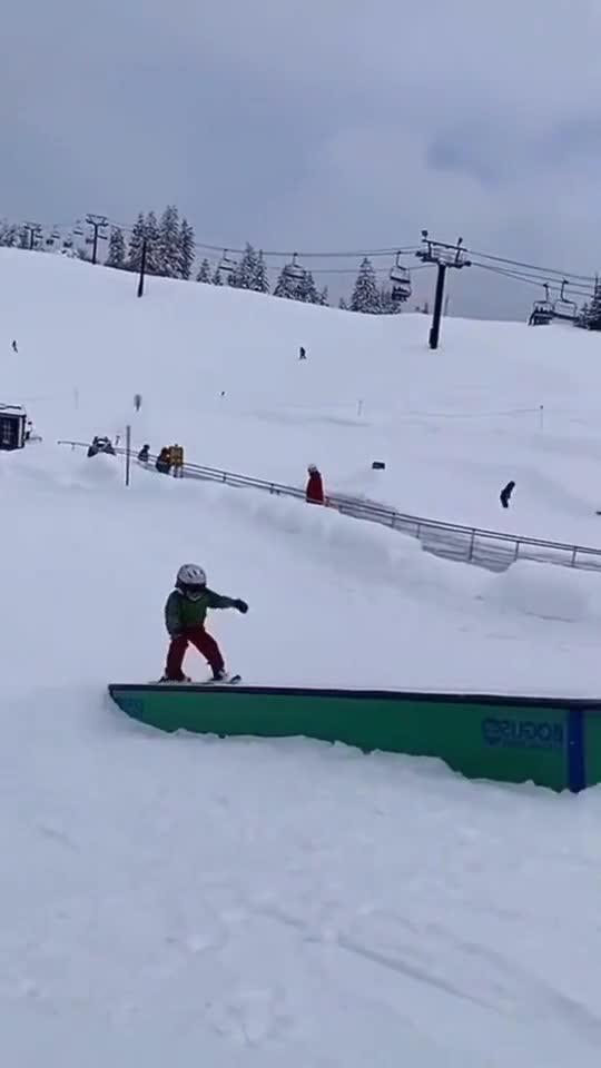 父母带孩子滑雪,孩子自创刹车方式,姿势太雷人!1661
