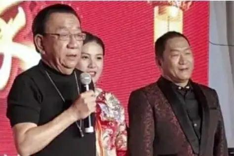 著名相声大师侯耀华与歌手谢东共进晚餐,好一对亲密无间的朋友