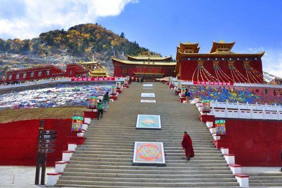 四川一庙被誉为布达拉宫第二,最大的长明灯上千斤,风景美香火盛